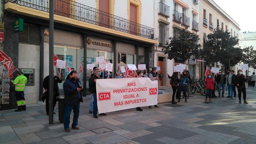 Delegados sindicales de CTA en empresas y servicios municipales se manifiestan ante el Ayuntamiento.