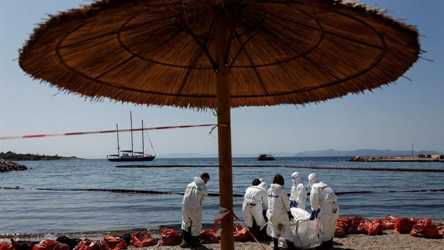Grecia prohíbe nadar y pescar en la zona afectada por el vertido de combustible