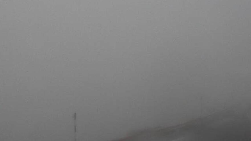 En la imagen, entorno helado del Telescopio Óptico Nórdico (NOT), envuelto por la niebla, captada este viernes de su webcan.