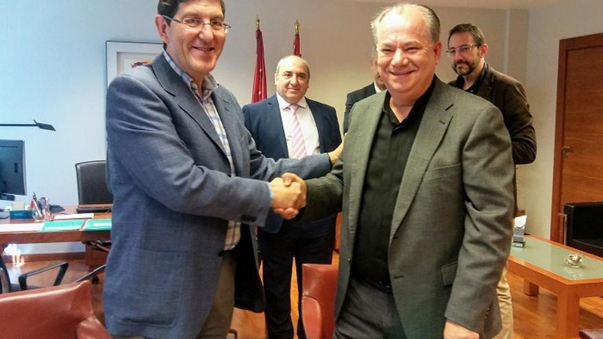 El consejero de Salud, Manuel Villegas, y el presidente del Consejo Evangélico de Murcia, Ángel Zapata, firman el convenio para el SMS