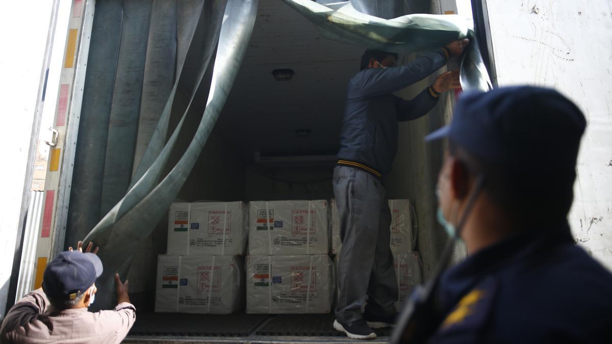 Trabajadores descargan en Nepal cajas que contienen la vacuna contra el coronavirus de AstraZeneca que llegó de India.