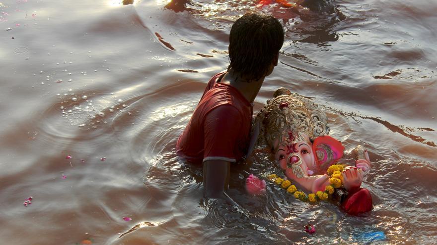 Las celebraciones del festival Ganesh Chaturthi terminan con la inmersión de las estatuas en agua/ Ana Torres.