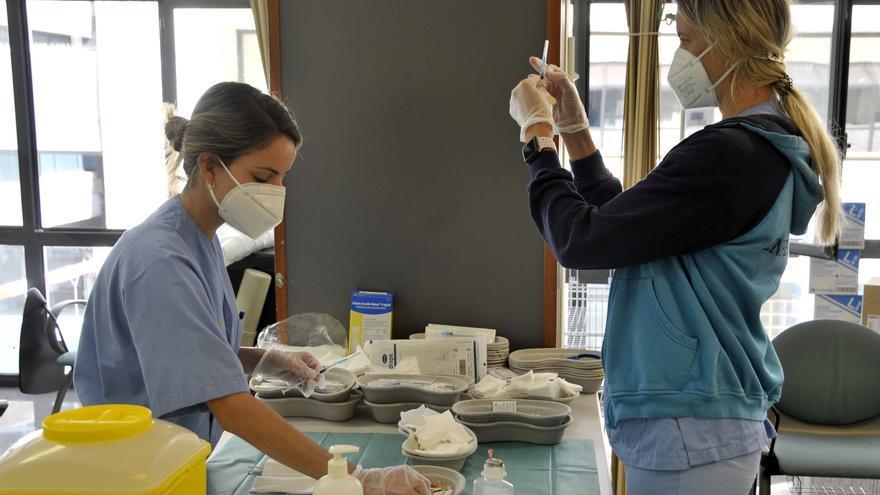 Equipo  de vacunación preparando la dosis.