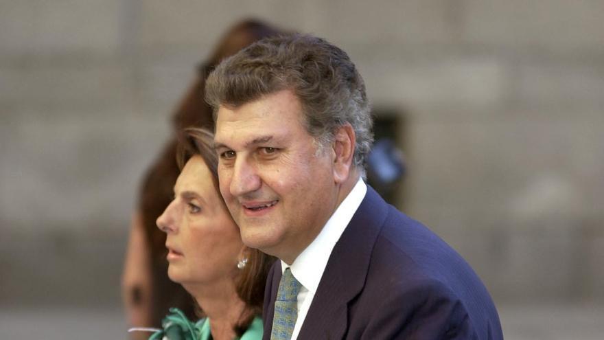 El presidente del Congreso, Jesús Posada, y su esposa, Blanca de la Mata, en la boda de Ana Aznar y Alejandro Agag, en San Lorenzo del Escorial en septiembre de 2002. EFE/CHEMA MOYA/nr