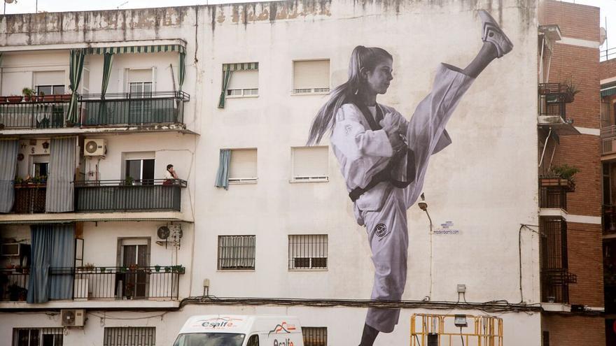 María Ballesteros, campeona de taekwondo, en la fachada de un bloque de viviendas de Córdoba.