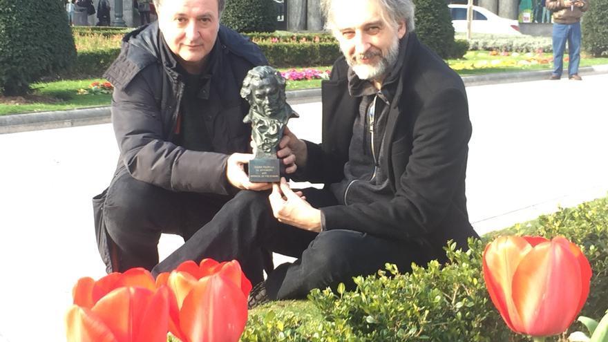 Carlos Juárez (productor, izquierda) y Pedro Rivero (director) muestran el Goya tras reflexionar sobre la animación en España.