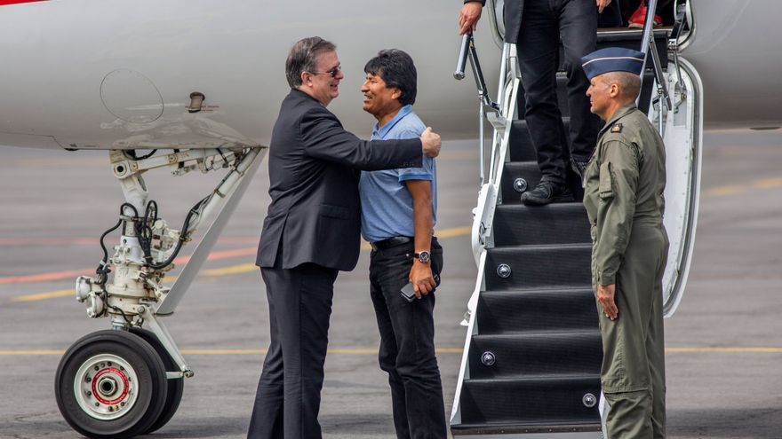 Marcelo Ebrard (L), Mexican Foreign Minister, embraces former Bolivian President Evo Morales (C) upon arrival at an airport in Mexico after he was granted a political asylum. Photo: Jair Cabrera / Europa Press