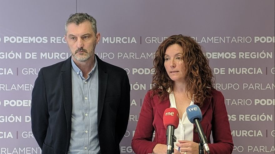 El secretario general de Podemos en la Región de Murcia, Óscar Urralburu, junto con la diputada regional morada María Ángeles Navarro