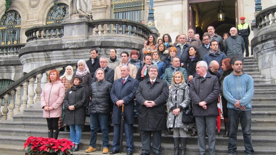 Ayuntamiento de Bilbao se concentra para mostrar su condena de los atentados de Berlín y Ankara