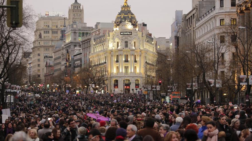 La gran manifestación del 8M, vista desde el punto que una la calle Alcalá con la Gran Vía de Madrid / Olmo Calvo
