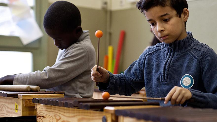 Los alumnos de la escuela Santa Eugenia de Girona, en una clase de xilófono. / CARLES PALACIO