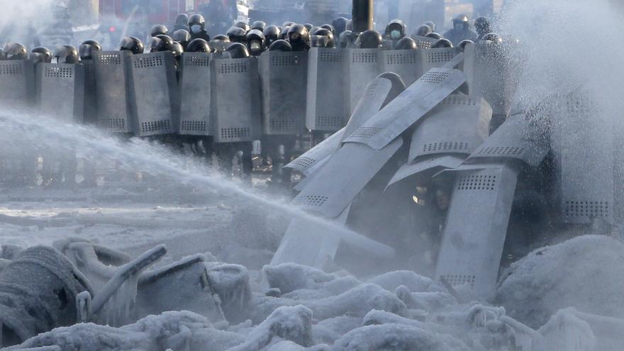 ENERO. La policía respondió con brutalidad a los miles de manifestantes que salieron a la calle en Kiev, Ucrania. Las manifestaciones se volvieron violentas cuando el gobierno aprobó de forma apresurada nuevas leyes que criminalizaban las protestas y limitaban gravemente la libertad de reunión, de asociación y de expresión. © AP Photo/Efrem Lukatsky
