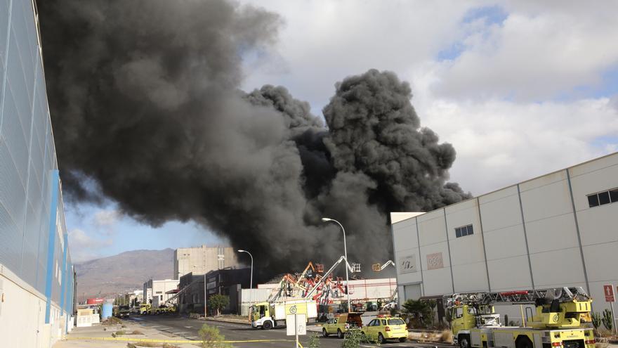 Incendio en un almacén  en el Polígono Industrial de Arinaga. (ALEJANDRO RAMOS)