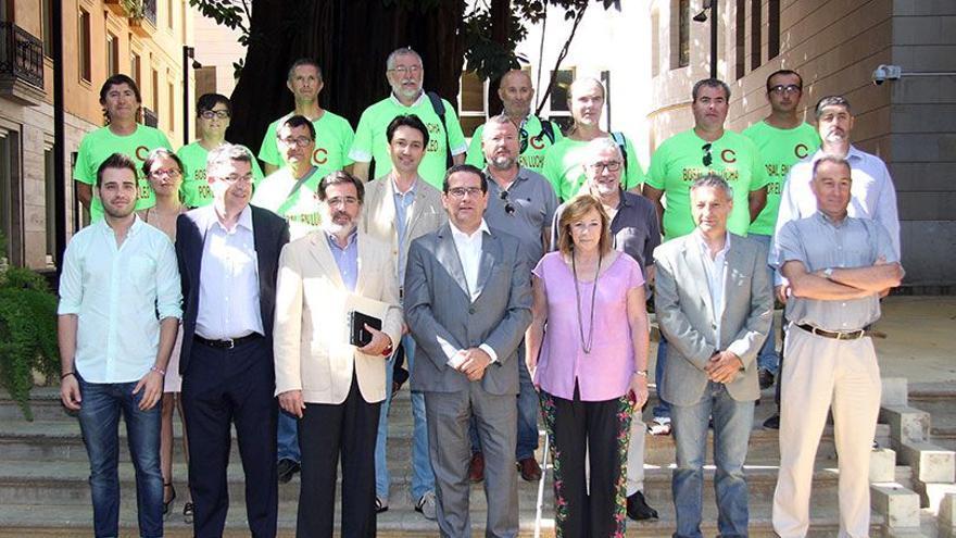 Los representantes de los trabajadores de Bosal junto a los portavoces de los grupos en Corts