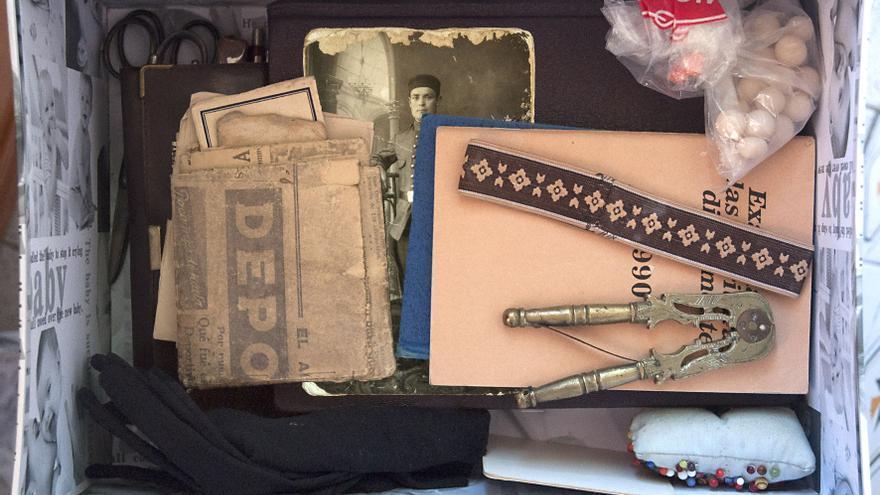 La caja que guarda Ángela, nieta de Ángel y Saturnina, con objetos de sus abuelos.