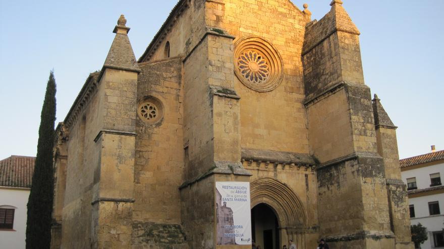 Iglesia de Santa Marina, en Córdoba, con una lona anclada a su fachada.