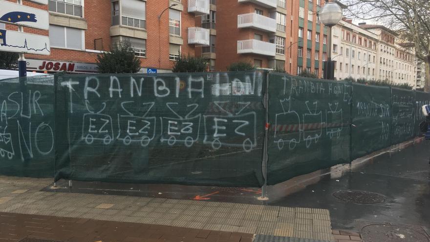 Pintadas contra el tranvía en el primer tramo en obras