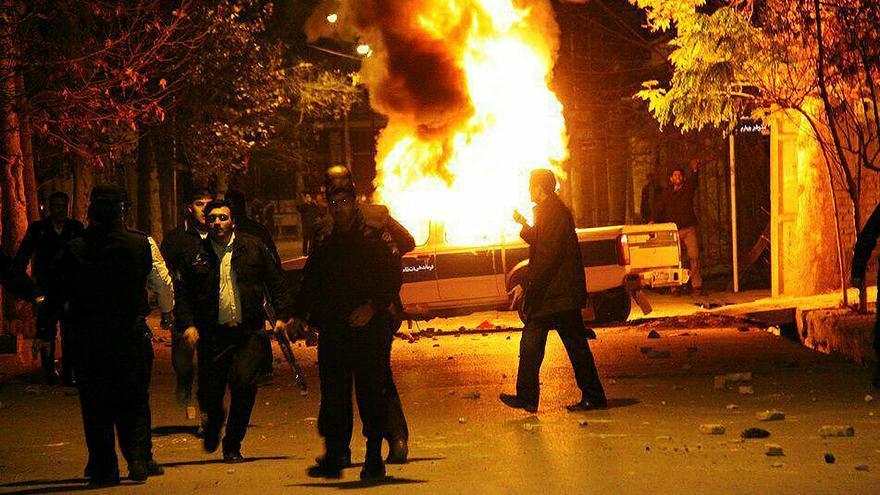Los manifestantes han prendido fuego a vehículos policiales y comisarías en varios puntos de Irán.