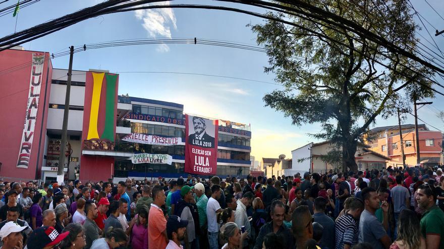 Concentraciones a favor de Lula da Silva celebradas este domingo frente al Sindicato de Metalúrgicos en la ciudad de Sao Paulo.