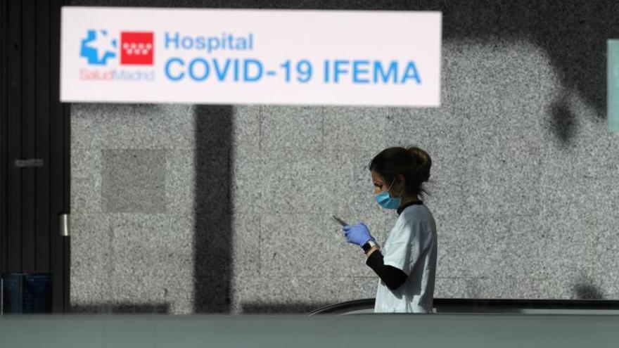 Una sanitaria en el hospital de Ifema.