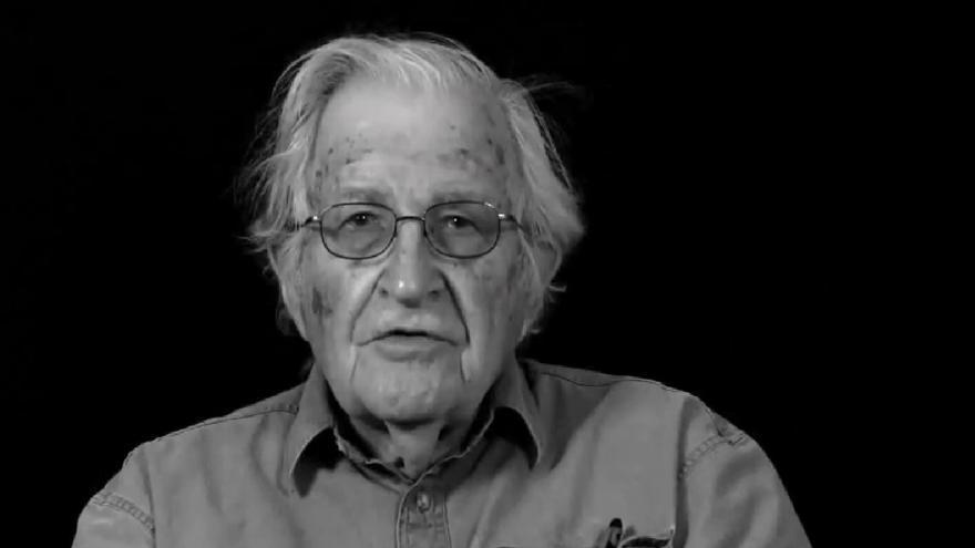 El activista estadounidense Noam Chomsky, en el vídeo de Òmnium Cultural
