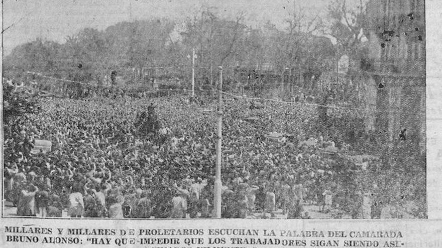 Más de 25.000 personas acudieron al entierro de Malumbres en Santander. La fotografía superior fue publicada por La Región.