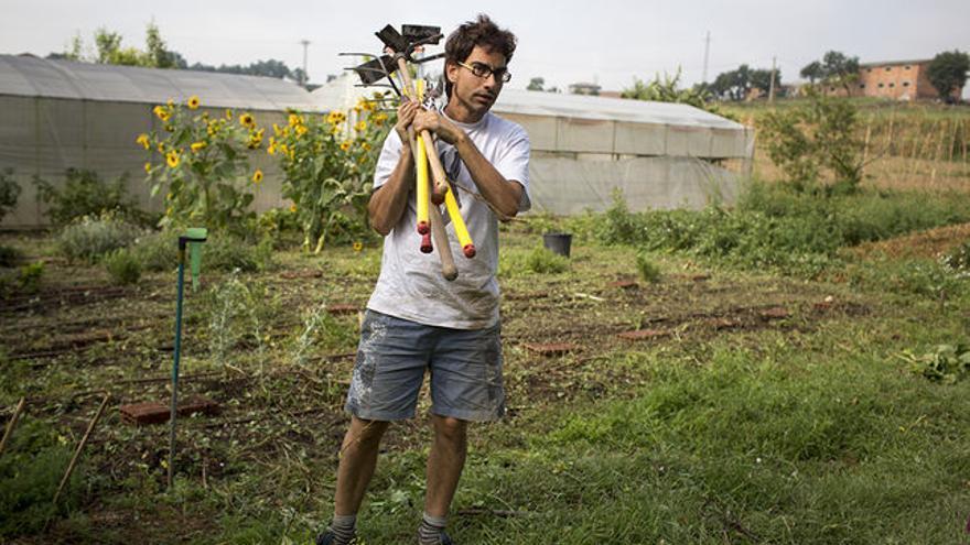 Un colaborador de la cooperativa Sambucus recoge las herramientas   Foto: Edu Bayer