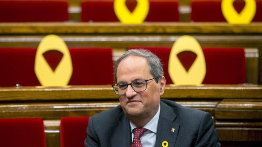 El presidente de la Generalitat, Quim Torra, ocupa su escaño en el Parlament.