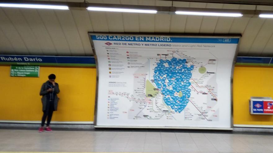 La publicidad de Car2Go en el metro muestra claramente con quién quiere competir.