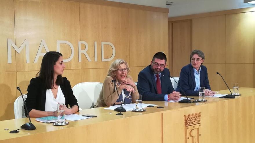 Manuela Carmena explica en rueda de prensa junto al concejal Carlos Sánchez-Mato los recortes tras la intervención de Montoro.