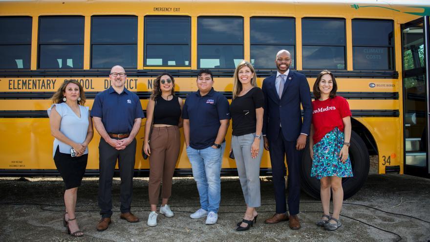 Activistas piden en autobuses eléctricos energía limpia al Congreso de EE.UU.