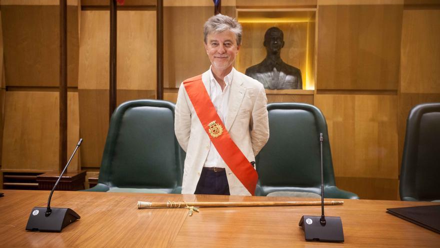 Santisteve, ayer, tras ser investido como alcalde. Foto: Juan Manzanara