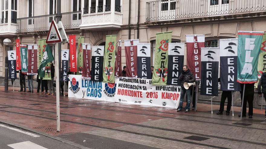 Los sindicatos de la Ertzaintza retoman este viernes las concentraciones frente al Parlamento.