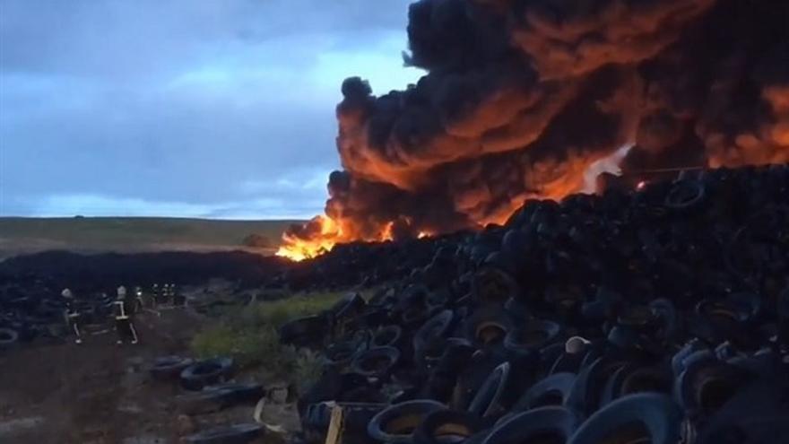 Incendio en el cementerio de neumáticos de Seseña (Toledo)