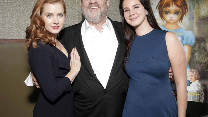 Harvey Weinstein con la actriz Amy Adams y la cantante Lana del Rey en un estreno en Los Angeles en 2015.