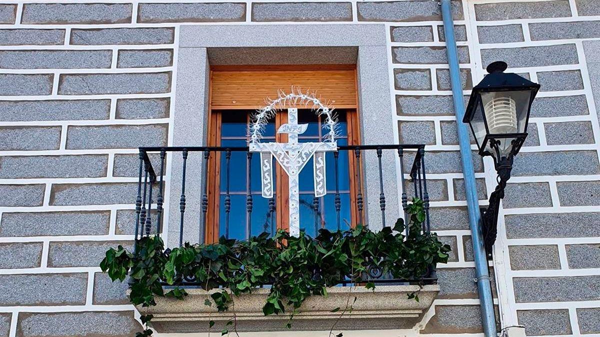 Una cruz en un balcón en Añora.