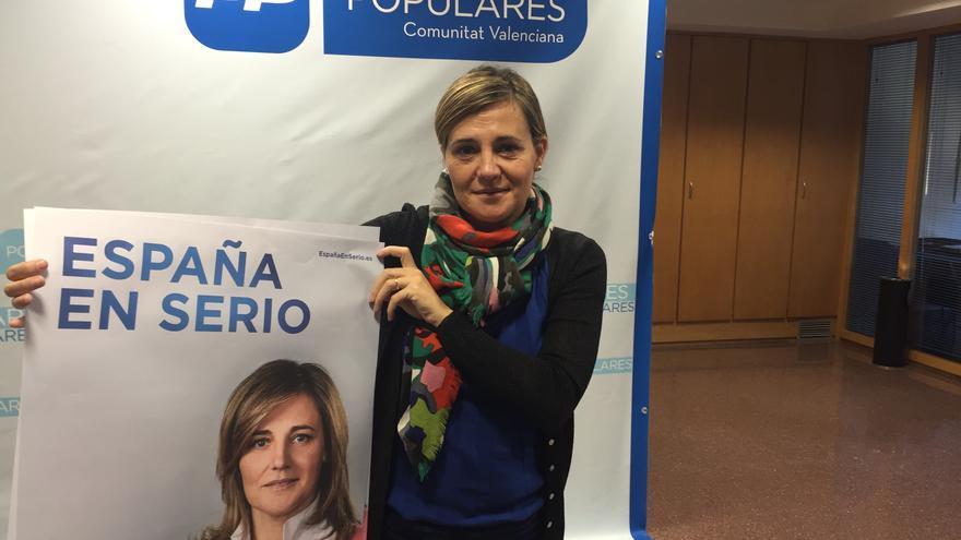 Elena Bastidas (PP), en la sede de su partido en Valencia con el cártel electoral.