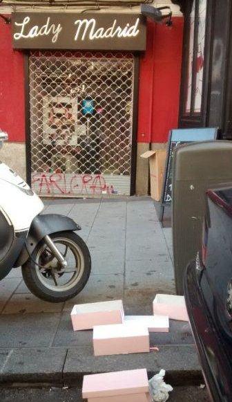 Algunos comercios depositan la basura en plena acera | Fotografía: E. Bellod