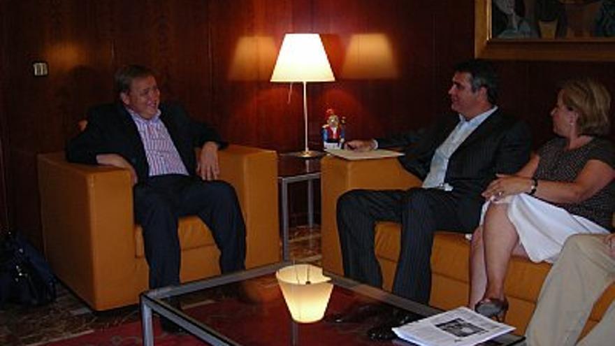 José Manuel Orengo y Adolfo Utor, reunidos cuando el ayuntamiento de Gandia y Baleària firmaron el convenio de la Ruta dels Borja.