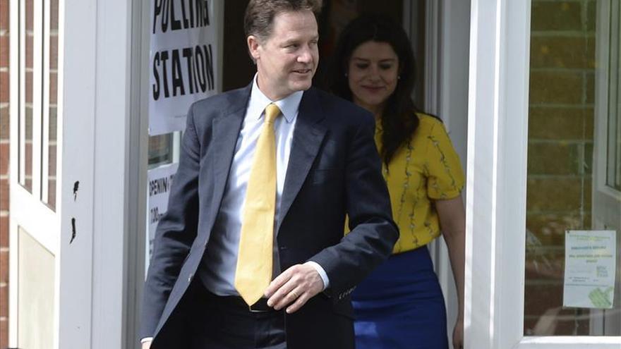 Nick Clegg vota en Sheffield junto a su mujer, la española Miriam González