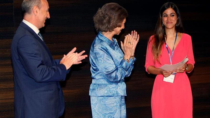 Doña Sofía entrega una beca para avanzar en la detección precoz del Alzheimer