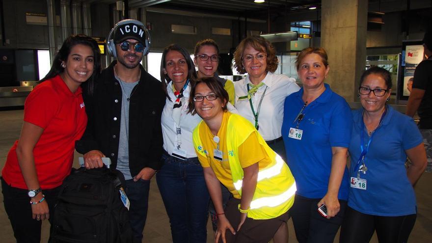 Luis Fonsi a su llegada al Aeropuerto de La Palma. Foto: JOSÉ AYUT.