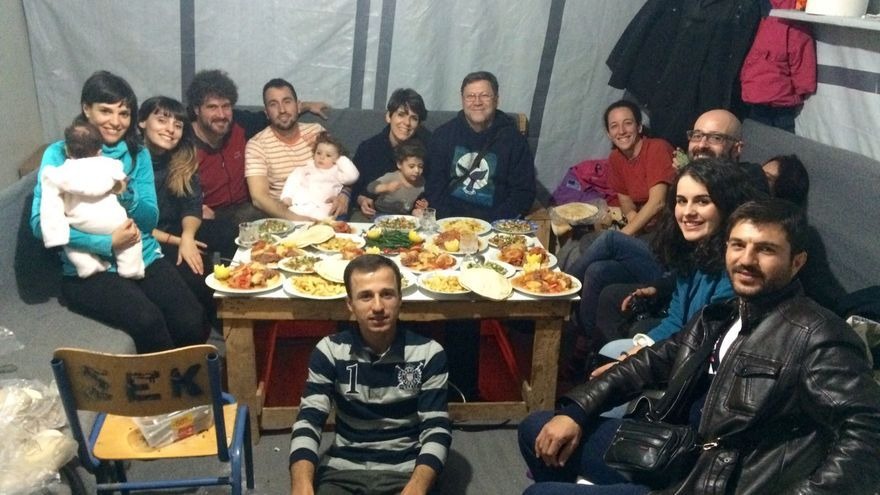 El cura Joaquín Sánchez acompañado de más murcianos vuelve al campo de refugiados de Ritsona, Grecia