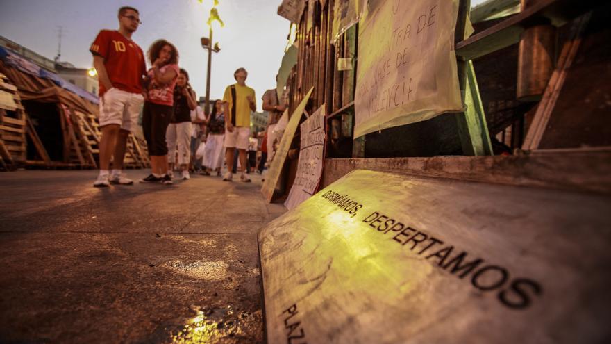 """Placa del movimiento 15M en la puerta del Sol con la frase """"Dormíamos, despertamos"""", en 2011."""