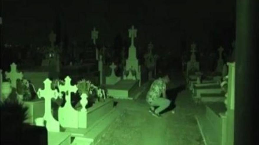 Escena del vídeo grabado por un youtuber en el cementerio de Lora del Río.