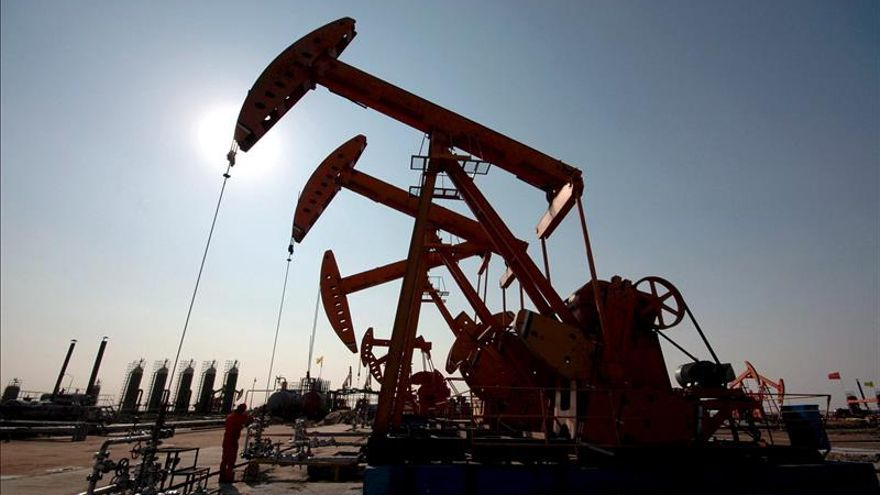 El petróleo de Texas cae un 5,8 por ciento y cierra en 37,65 dólares, el mínimo anual