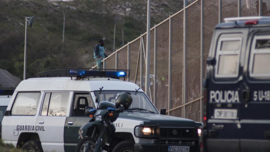 Un inmigrante logra superar la valla de Melilla y aún así finalmente es expulsado a Marruecos/ Blasco de Avellaneda