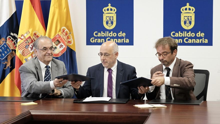 El presidente de la Plataforma Oceánica de Canarias, Octavio Llinás, el presidente del Cabildo de Gran Canaria, Antonio Morales, y el consejero de Desarrollo Económico, Energía e I+D+i, Raúl García Brink