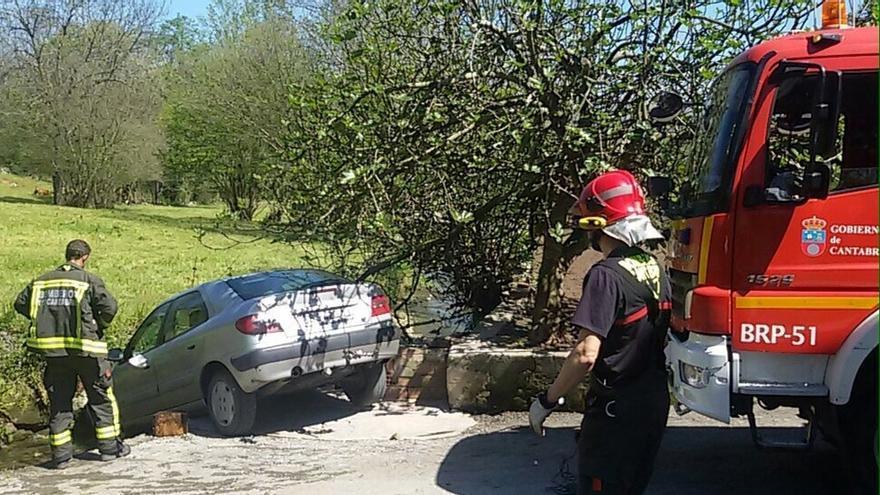 Liberado un hombre que quedó atrapado entre su coche y una roca del cauce de un riachuelo en Villafufre