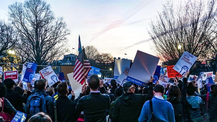 Manifestantes frente la Casa Blanca protestan una medida que discrimina contra los jóvenes y estudiantes trans (en 2017).